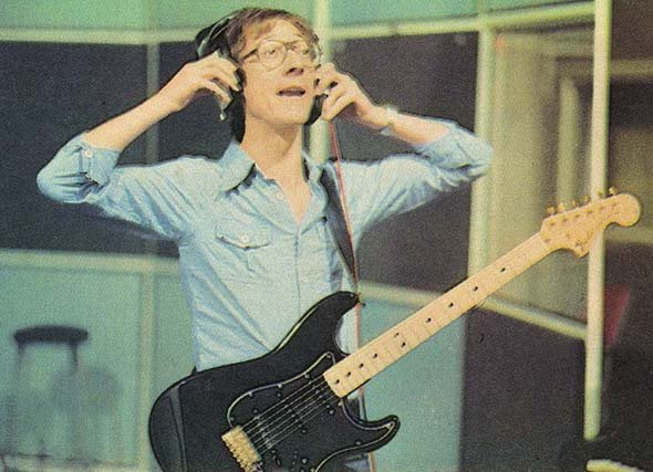 Hank_Marvin_black_Strat_in_studio_ 1978(grande)