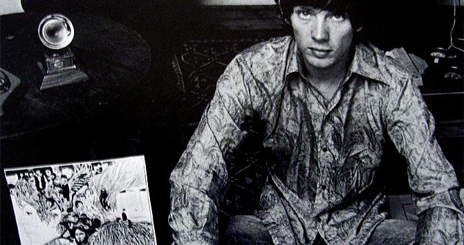 Klaus Voormann con la copertina di Revolver